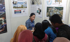 Alumni explaining NAIST to visitors