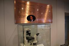 銘板と本学バイオサイエンス研究科ES細胞培養室で使用していた顕微鏡